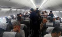 Uçakta gergin dakikalar... Yolcular tepki gösterdi