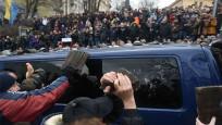 Eski devlet başkanı çatıya çıkmıştı... Yandaşları polisin elinden aldılar