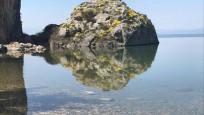 Kayanın suya yansıyan görüntüsündeki detaylar