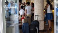 Tatil için giden 50 aile otelin kapısında kaldı