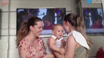 Annesinin ikiziyle karşılaşan bebeğin kafası karıştı