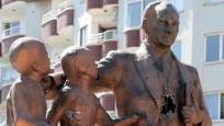 Atatürk anıtına saldırı