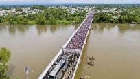 Meksika sınırını geçemeyen binlerce göçmen köprüde mahsur kaldı