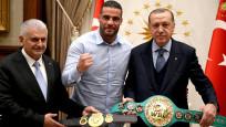 Dünya şampiyonu Suriyeli boksör kemerini Erdoğan'a takdim etti