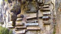İlginç gelenek! Tabutlar uçurumun kenarında duvara asılıyor