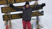 Babasına yakın olmak için Kilimanjaro'ya tırmandı