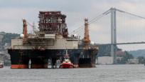 Dev petrol platformu İstanbul Boğazı'ndan geçti