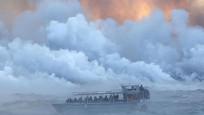 Turist teknesi lavların ortasında kaldı
