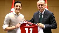 2 bakandan Mesut Özil'e destek