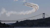 Türk Yıldızları İstanbul Boğazı'nda gösteri yaptı