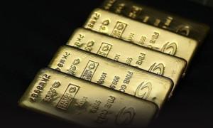 Altın dolar ve hisselerdeki yükseliş ile geriliyor