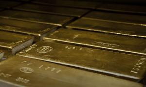 Altın yükselen faiz ve dolar ile kaybını korudu