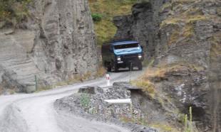 Bu yollarda araba sürmek cesaret ister!