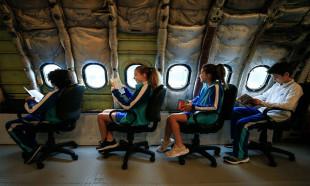 Derslerini uçaktaki sınıfta işliyorlar
