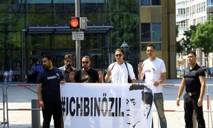 Almanya'da ırkçılığa karşı Ben Özil'im gösterisi