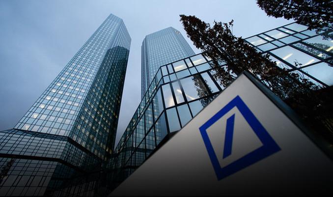 Moody's, Deutsche Bank'ın kredi notlarını düşürdü