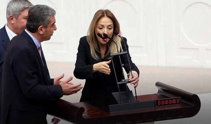Aylin Nazlıaka'dan Meclis'te kelepçeli eylem