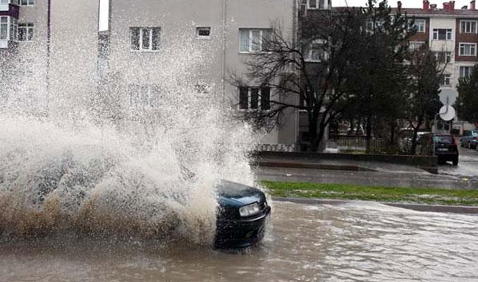Dere taştı! Edirne-Kırklareli karayolu trafiğe kapandı