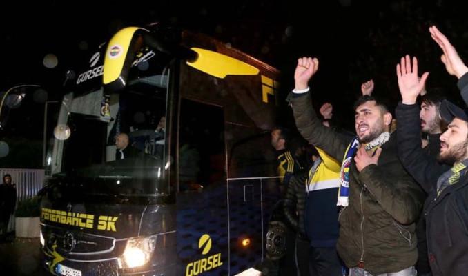 Fenerbahçe otobüsü Samandıra'da taraftarın öfkesiyle karşılandı