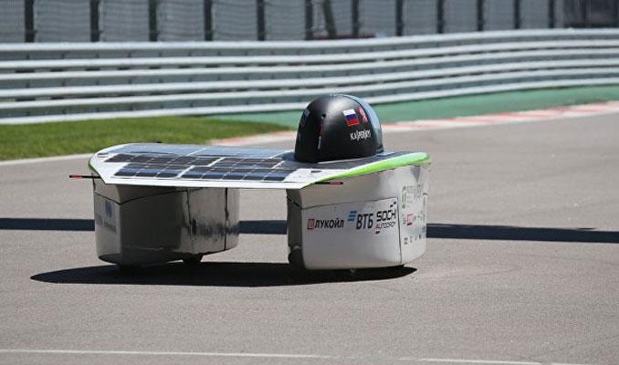 Güneşle çalışan ilk otomobil tanıtıldı