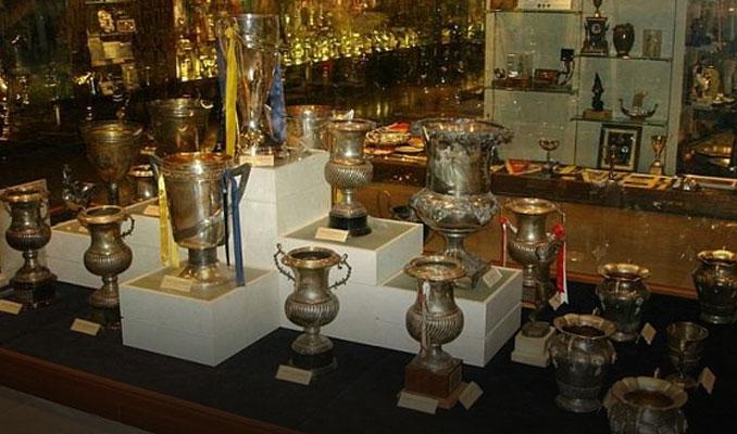 Trabzonspor taraftarı Fenerbahçe müzesinden kupa çaldı