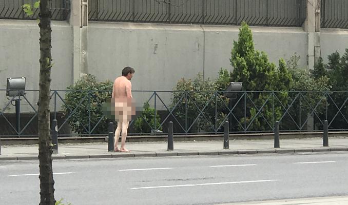 İstanbul'un göbeğinde güpegündüz çıplak dolaşan adam