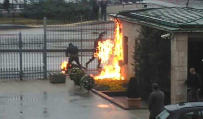 Meclis'in önünde kendini yaktı