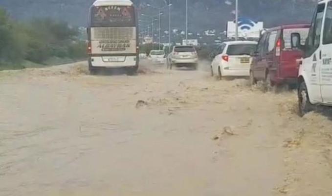 KKTC şiddetli fırtına ve yağışa teslim oldu
