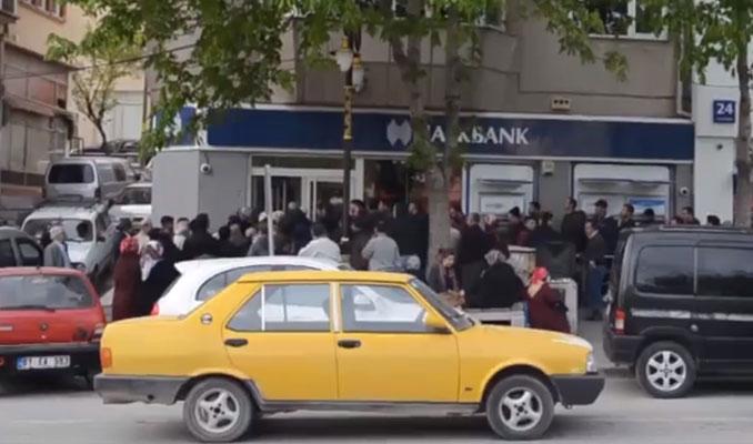 Ev almak için bankanın önünde yattılar