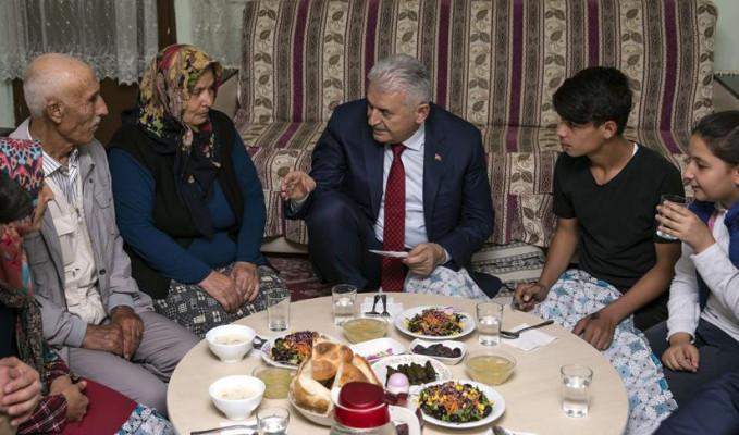 Yıldırım, vatandaşın evinde iftar yaptı