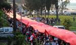 1919 metre uzunluğundaki bayrakla yürüdüler