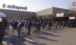 İtalya'da marketler önünde uzun kuyruklar oluşuyor