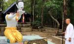 Buda için kafasını giyotinle kesti