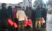 Elektriksiz vatandaşlar benzin kuyruğuna girdi