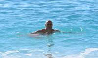Kaş'ta turistler denizin tadını çıkardı