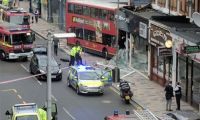 Çift katlı otobüs binaların içine daldı