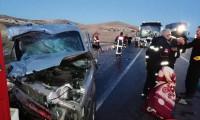 Sivas'ta yolcu otobüsü hafif ticari araçla çarpıştı: 2 ölü