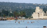 Tatili fırsat bilenler sahilleri doldurdu
