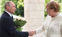 Putin'den Merkel'e çiçekle gözdağı