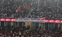 Milli maçta şoke eden pankart