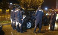 4 kaçak göçmen çalıntı otoyla yakalandı, polis eskortu arıyor