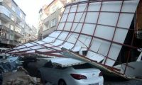 Beyoğlu'nda lodos iş hanının çatısını uçurdu