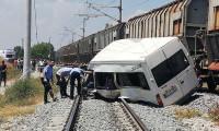 Yük treni servis minibüsüne çarptı