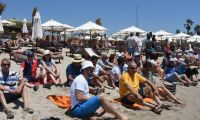 Çeşme'deki halk plajında oturma eylemi!