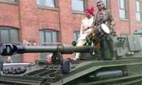 Çılgın damat gelini evden tankla aldı