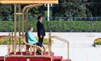 Merkel'in durumu çok kötü! Marş okunurken bile kalkamadı