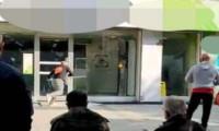Zeytinburnu'ndaki bir bankaya sopayla saldırdı