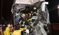 Yolcu otobüsü kamyona çarptı: Çok sayıda yaralı var