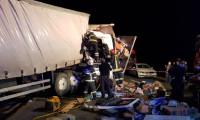Kocaeli'de iki kargo kamyonu çarpıştı