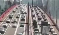 Çin'de korkutan görüntü: Köprü beşik gibi sallandı
